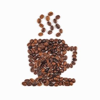 コーヒーカップの形に配置されたコーヒー豆
