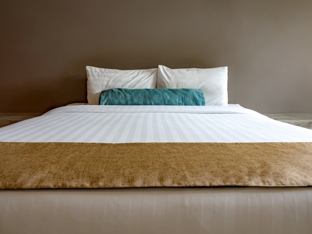 Пустая двуспальная кровать в роскоши и натуральной