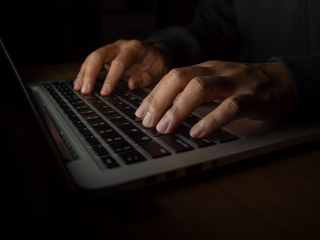 Хакер в темном фоне концепции
