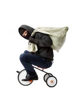 泥棒が子供の自転車に乗る