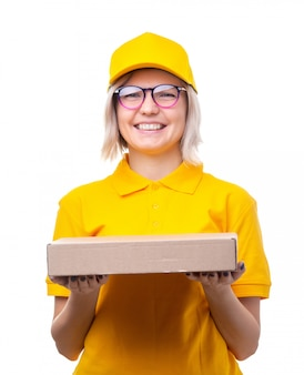 Изображение курьера молодой женщины в очках и желтой футболке с коробкой в руках