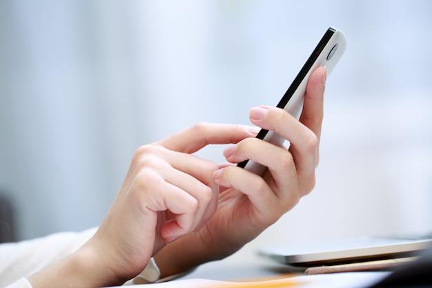 Женщина с помощью мобильного телефона