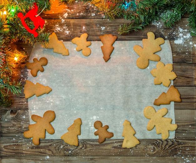 木製のテーブルの上のクリスマスのクッキー