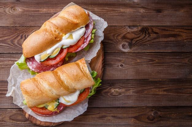 Аппетитный хлеб с колбасой, овощами