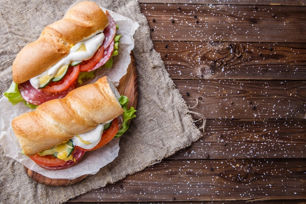 紙の上のサンドイッチの写真