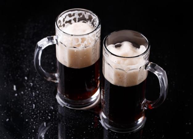 空の黒いテーブルの上のビール