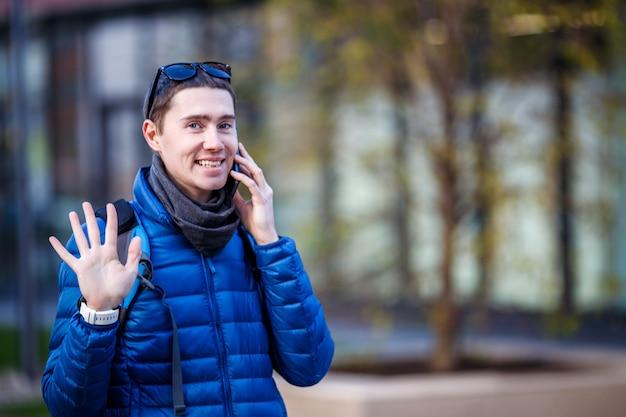 電話で話していると彼の手を振っている人