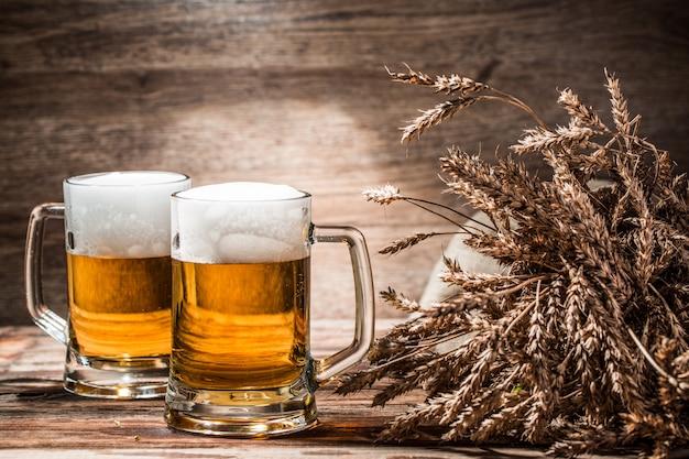 空の木製の背景上のビールのカップル