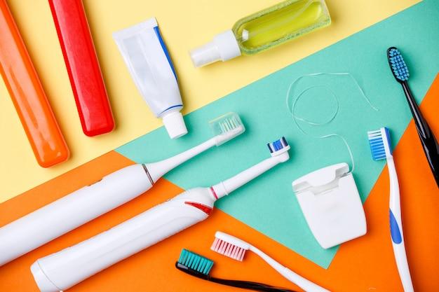 歯ブラシ、ペースト状のチューブ、フロス
