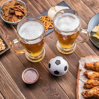 テーブルの上の前菜とビールでサッカーの試合を観戦。