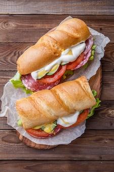 スモークソーセージと野菜のサンドイッチ