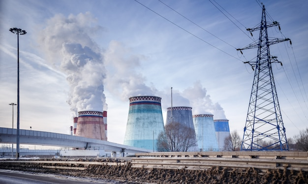 煙、橋、発電所とパイプ