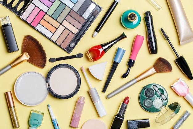 さまざまな化粧品の上の写真