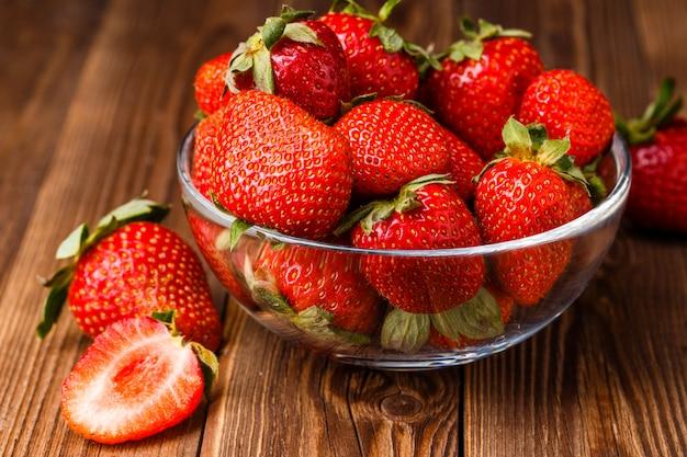新鮮なイチゴのボウル