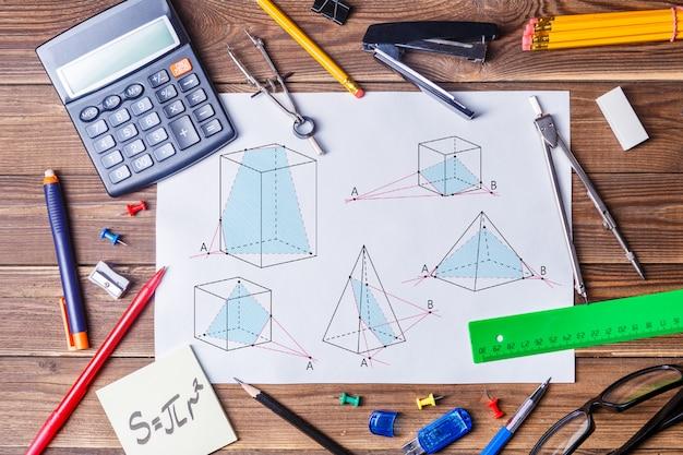 幾何学写真と木製テーブルの上の学生資料のアルバムシート。