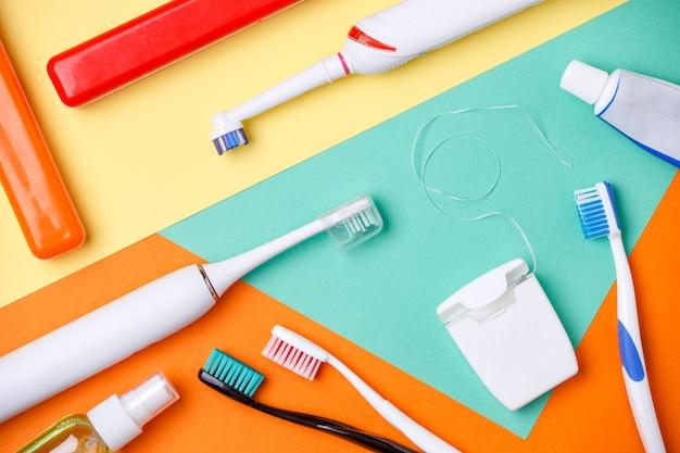 歯ブラシ、ペーストのチューブ、フロスの画像