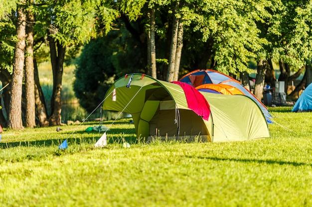 美しい自然の場所でのテントキャンプエリア