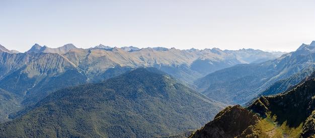 Живописный горный район против голубого неба с облаками