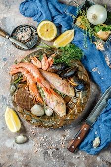 海の魚、テーブルでエビ