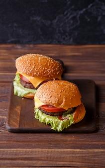 Фотография сверху двух гамбургеров на деревянном столе