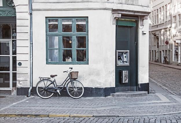 コペンハーゲンの古い通りにビンテージバイク