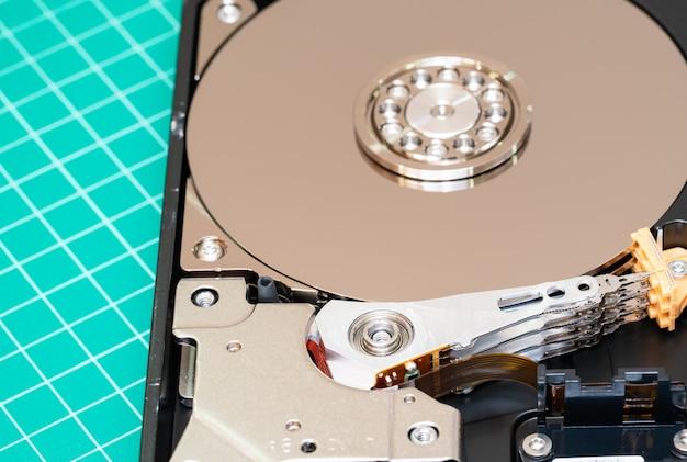 Шпиндель с пластиной и рычагом привода жесткого диска открыли жесткий диск.