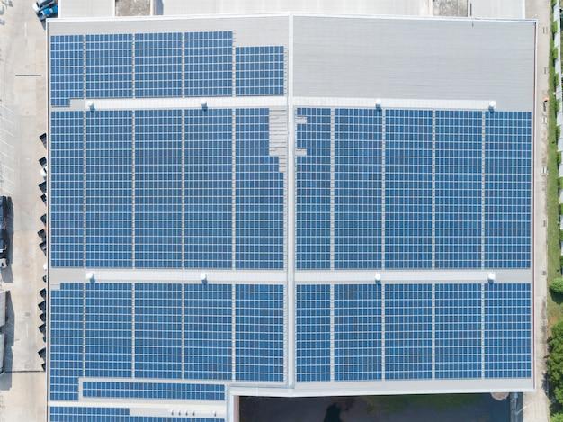 工場屋上のソーラーパネルの航空写真