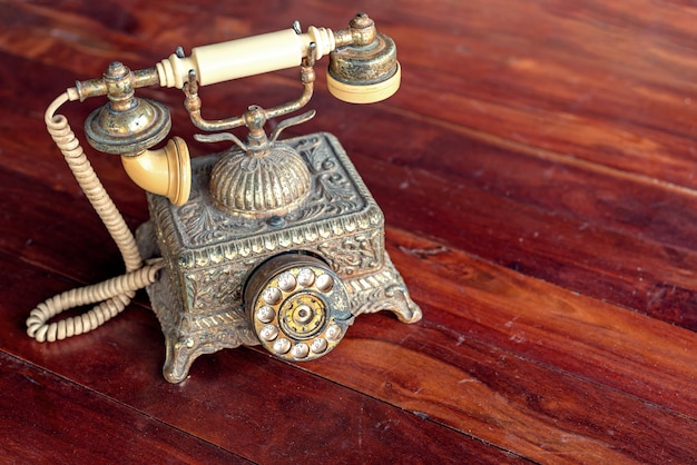 木製のテーブルの上のヴィンテージの電話