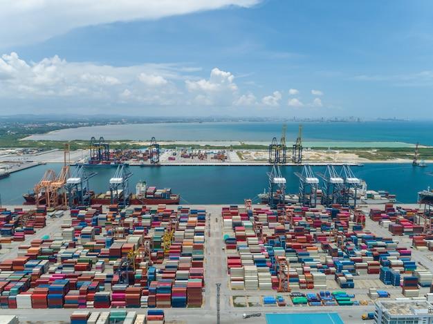 コンテナーと工業港の空撮