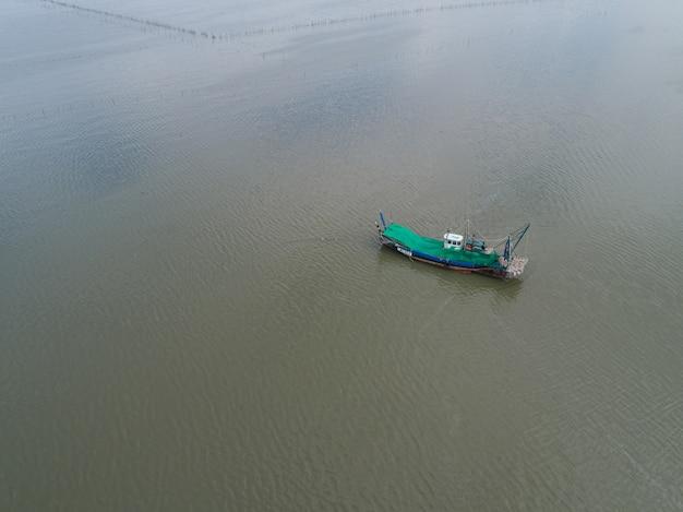 海の漁船の空撮。
