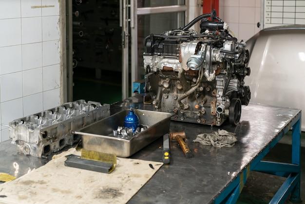 ガレージでサービス中のターボディーゼル車のエンジン