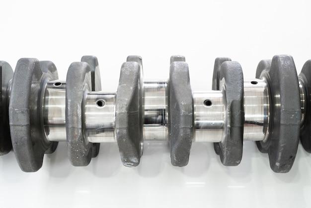 白い背景の上のディーゼルエンジンのクランクシャフト