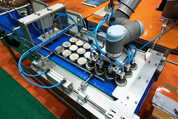 工場で缶を生産するためのコンベヤ。閉じられたブリキ缶缶詰食品産業。