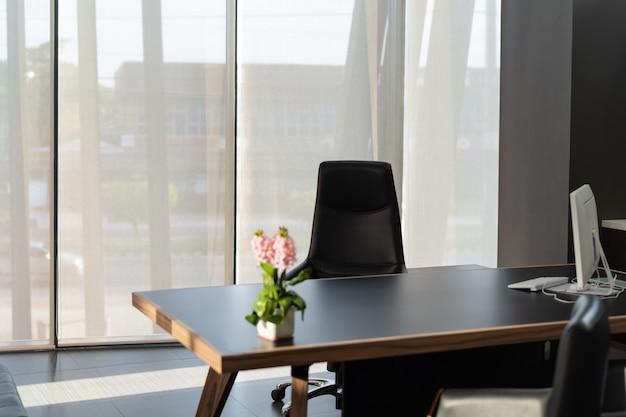 モニターコンピューターと花の椅子と頭のエレガントなオフィス職場