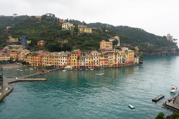 Разноцветные дома на площади портофино.