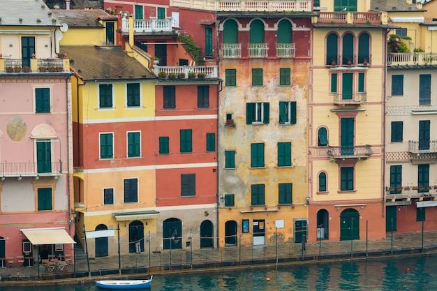Крупным планом: разноцветные дома на площади портофино.