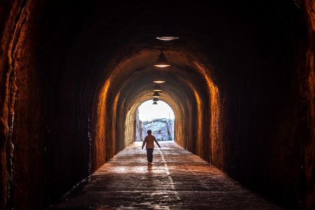 マラガビーチ、遊歩道トンネル。カーラデルモラルの海岸。