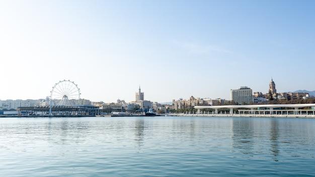 晴れた日にマラガ港のドック。スペイン、アンダルシア