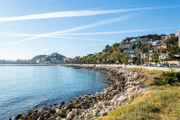 Малага пляж с набережной в солнечный день