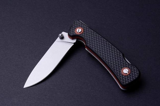 黒に分離された折りたたみポケットナイフ
