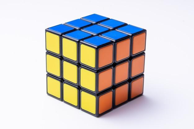 黒のルービックキューブを解決