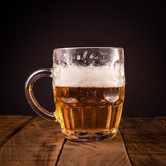 非常に冷たいビールの水差し。オクトーバーフェストパーティーのコンセプト。