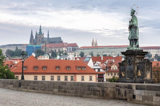 カレル橋と川、チェコ共和国プラハの背景にある城と聖ヴィート大聖堂。