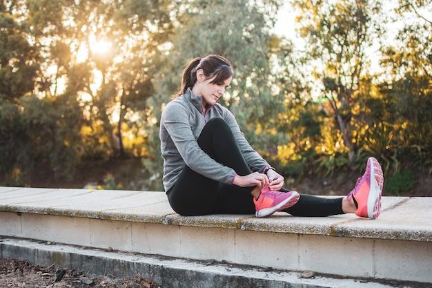 Молодая женщина готово кроссовки