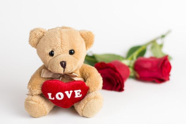 Мишка и розы на день святого валентина
