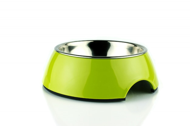 緑のペットボウル。犬または猫用のメタクリレート食品容器。孤立した