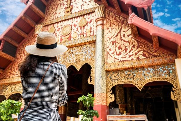 チェンマイのアジア観光にタイ北部の寺院のツーリストの女性を旅行します。