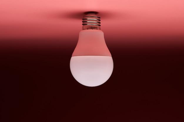 ピンクの背景の省エネ電球