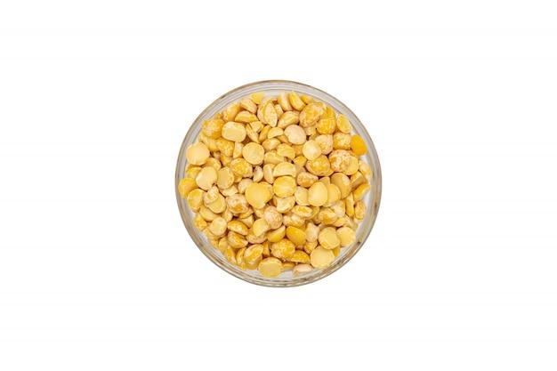 ボウルに黄色分割乾燥エンドウ豆