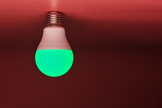 緑色の電球、近代的な省エネ、コピースペース。最小限のアイデアコンセプト。